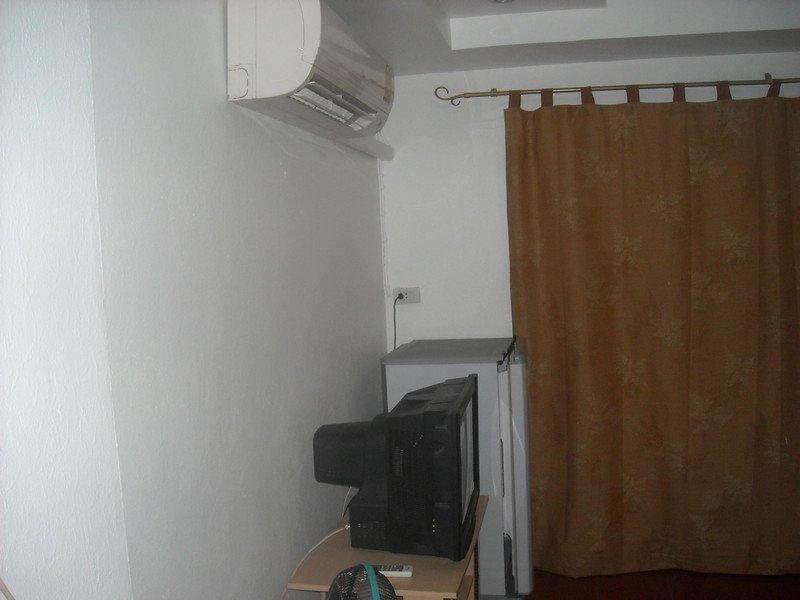 New YELLOW room-WHITE PAINT--Nov.1, 2012 014.jpg